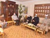 محافظ أسيوط يلتقي قيادات بالأوقاف للتأكيد على تطبيق الإجراءات الوقائية بالمساجد