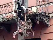 زوجان يسقطان من شرفة منزلهما بعد انهيارها بسبب شجار.. فيديو