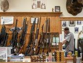 """زيادة غير مسبوقة فى مبيعات الأسلحة الأمريكية بسبب كورونا والاحتجاجات.. نيويورك تايمز: موجة شراء غير عادية استمرت لفترة طويلة.. دراسة: خُمس المشترين العام الماضى """"ملاك جدد"""".. و39% من الأسر الأمريكية تمتلك سلاحا"""