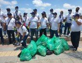 البيئة تنفذ حملة للتوعية وتنظيف شاطئ رأس التين بالإسكندرية.. صور