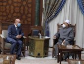 الرئيس الفلسطينى يهدى شيخ الأزهر نسخة خاصة من العهدة العمرية