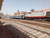 عودة حركة القطارات لطبيعتها بعد خروج عربة عن القضبان بمحطة بنها.. لايف وصور