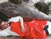 """رزقه واسع.. تاجر بريطانى يبيع سمكة وزنها 77 كيلو ويستعين بـ4 رجال لنقلها """"صور"""""""