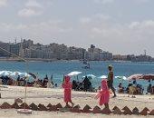 اقبال المصطافين وأجواء رائعة والتزام بالإجراءات الوقائية على شواطئ مطروح.. لايف