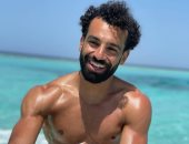 """""""فورمة الصيف"""".. محمد صلاح يستعرض عضلاته على أحد الشواطئ المصرية"""