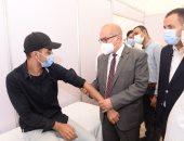 رئيس جامعة أسيوط يكشف طبيا على أحد الطلاب بالمبادرة الصحية الشاملة.. صور
