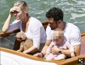 كاتى بيرى وأورلاندو بلوم يستمتعان برحلة فى البندقية برفقة ابنتهما.. صور