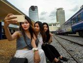 """أحدث صيحات """"الفوتو سيشن"""".. عربات القطار المعطلة بكمبوديا تتحول لستوديوهات ومطاعم"""