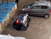 حفرة تبتلع سيارة بالكامل فى مدينة مومباى الهندية بسبب الأمطار.. فيديو