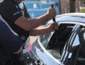 رجال شرطة بريطانيون يحطمون سيارة لإنقاذ كلبين من درجة حرارة عالية.. فيديو