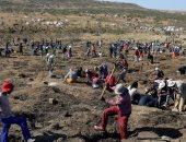 توافد 1000 باحث على قرية فى جنوب أفريقا للتنقيب عن الألماس.. صور