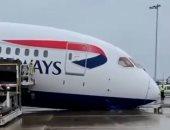 انهيار مقدمة طائرة بوينج 787 للخطوط الجوية البريطانية بمطار هيثرو.. فيديو