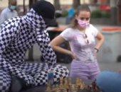 """""""رجل الشطرنج"""" يتجول بشوارع مدريد ويتحدى المارة مقابل مكافأة مالية.. فيديو وصور"""