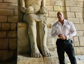 ذا روك وسط الحضارة الفرعونية فى مغامرة جديدة بفيلمه RED NOTICE.. صور