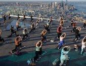 رياضة الروح والجسد.. عشاق اليوجا يتدربون فوق أعلى منصة بنيويورك.. ألبوم صور