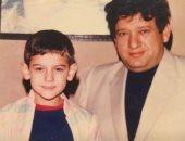 عمرو يوسف يحتفل بعيد الأب بصورة من طفولته: أحسن راجل في الدنيا