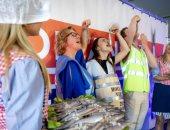 هولندا تقدم وجبة رنجة مجانية داخل مراكز التطعيم لمتلقي لقاح فيروس كورونا