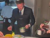 بيكهام يكشف عن مهارة جديدة فى تزيين الطعام داخل المطبخ.. فيديو وصور