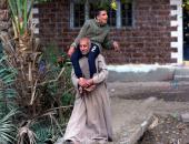 فى يوم الأب العالمى «السند والعطاء» يتجسد فى رعاية رجل لابنه من ذوى الاحتياجات الخاصة