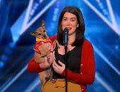 """كلب يخطف الأنظار فى برنامج """"أمريكان جوت تالنت"""" بغناء دويتو مع صاحبته.. فيديو"""