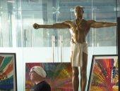 عرض تمثال مطلي بالذهب لكاني ويست للبيع في معرض فني بسعر 21 ألف إسترليني