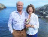 العائلة السويدية تستقبل عيد الصيف بصور من الطبيعية وأمام البحر