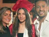 محمد حماقى مع زوجته وابنة شقيقه فى حفل التخرج