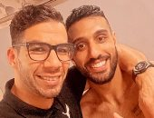 شريف إكرامى يحتفل مع أحمد الشناوى بالتعادل أمام الأهلى: أخويا.. مع بعض أقوى