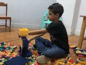 الفنان الصغير.. جورج تغلب على تأخره في الكلام بتصميم مجسمات من المكعبات