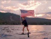 حاملا علم أمريكا.. زوكربيرج يحتفل بيوم الاستقلال بركوب الأمواج.. فيديو وصور