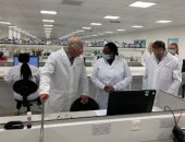 الأمير تشارلز يزور مصنع لإنتاج لقاحات كوفيد 19 ويشكر العاملين به