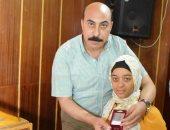 محافظ أسوان يكرم طالبة من ذوى الاحتياجات ضمن أوائل الشهادة الإعدادية.. فيديو