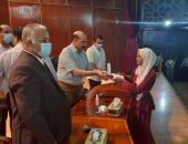 محافظ أسوان يكرم قائمة الشرف لأوائل الشهادة الإعدادية هذا العام.. لايف وصور