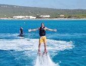 زلاتان إبراهيموفيتش يخطف الأنظار بالطيران من داخل الماء.. فيديو