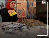 """أمانى تركت الوظيفة وأصبحت أشهر """"معلمة"""" فى سوق السمك ببورسعيد.. فيديو"""