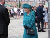 الملكة إليزابيث أنيقة فى معطف وقبعة متناسقين باللون الأزرق.. صور