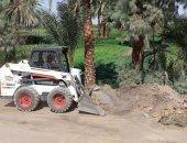 توسعة وتجميل الطرق ورفع الأتربة والمخلفات لخدمة القرى بطود فى الأقصر