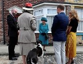 """ملكة بريطانيا تزور فريق أطول مسلسل تلفزيونى فى التاريخ """"كورونيشن ستريت"""""""