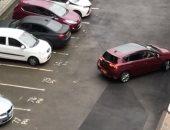 بريطاني يفشل في ركن سيارته 10 مرات بين الخطين الأبيضين .. فيديو طريف