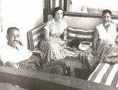 صورة نادرة.. جيهان وأنور السادات فى ضيافة لولا زوجة إحسان عبد القدوس بسيدى بشر