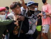 """حرب شوارع فى كوبا.. المتظاهرون يردون على عنف الشرطة بـ""""السلاح الأبيض"""""""