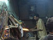 حرفة ينعشها العيد.. سنان السكاكين عين على الحجر وعين على السلاح (لايف وصور)