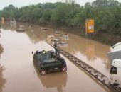 مدرعات الجيش الألماني تشارك في سحب السيارات الغارقة في الفيضانات.. فيديو