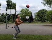 شاب أمريكى يسجل أهداف كرة السلة من مسافات بعيدة بطريقة مذهلة.. فيديو وصور