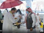 شؤون الحرمين تستقبل المصلين في أول يوم العيد بالبخور.. صور