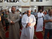 الآلاف من أهالى المحافظات يؤدون صلاة العيد بالمساجد وسط أجواء احتفالية.. ألبوم