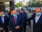محافظ القاهرة يتفقد حديقة الفسطاط ويقطع تذكرة دخول