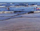 محافظة بورسعيد: بدء التعامل مع بقعة زيت ظهرت على أحد الشواطئ