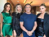 أبو البنات.. سيلفستر ستالون يخطف الأنظار بصورة جديدة مع بناته الثلاثة