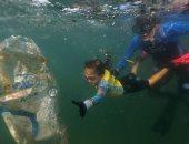المحاربة الصغيرة.. طفلة تزيل النفايات البلاستيكية من شواطئ ريو دي جانيرو
